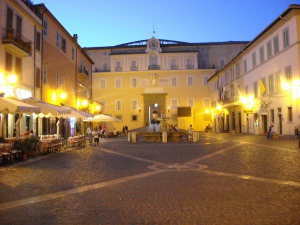 Castel-Gandolfo---Piazza-della-Libertà-e-Palazzo-Papale.jpg