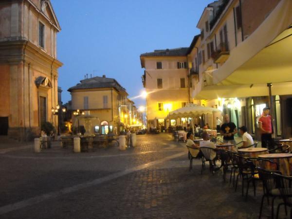Castel-Gandolfo---Piazza-della-Libertà.jpg