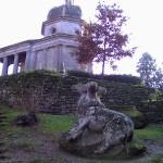 Tempietto e statua raffigurante probabilmente Cerbero