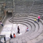 Anfiteatro a semicerchio, bellissimo... l'acustica è perfetta. Si trattavano bene sti pompeiani!