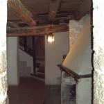 Questa è la stanza del camino, molto accogliente anche se scarna... anche questa è stata restaurata solo in parte. Il soffitto a travi (anche se rinforzato) ne è la prova evidente.