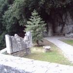 Il percorso si snoda lungo una stradina lastricata di pietra, con lunghi percorsi alternati a larghe scalinate...