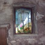 Alcune delle finestre sono decorate da vetrate dipinte con motivi floreali....