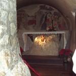 Il giorno di Natale viene posta la statuetta di Gesù Bambino in una nicchia scavata nella roccia, sottostante gli affreschi raffiguranti scene di vita di San Francesco