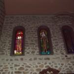Bellissime finestre a vetrata raffiguranti immagini di Santi