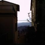 Mi piace molto fotografare il panorama che si intravvede da un vicolo