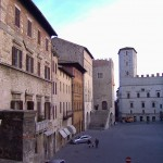 Ancora Piazza del Popolo, il Palazzo dei Priori sullo sfondo e a sinistra il Palazzo dei Capitani