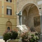 Statua di S. Francesco, Piazza Mariano Vittori a Fara in Sabina, alle spalle del Santo si apre la Chiesa di S. Domenico